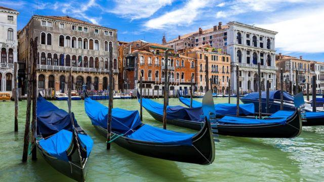 Історичний центр Венеції складається з 118 острівців, з'єднаних каналами і мостами