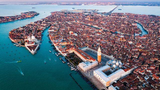 Розташування міста на воді, в лагуні з її припливами, і зараз робить будь-якого венеціанця обачним і обережним