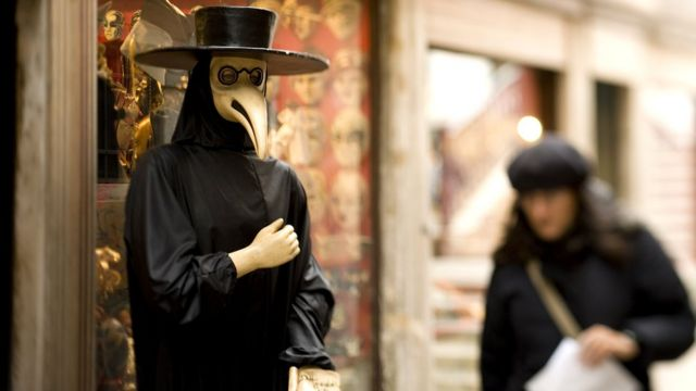 Венеціанські маски, які зараз можна побачити в основному тільки під час знаменитого карнавалу, вперше тут почали носити в XIII столітті